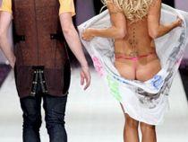Ati ghicit! Blonda care si-a aratat fundul pe podium la prezentarea colectiei unui designer faimos este Pamela Anderson!