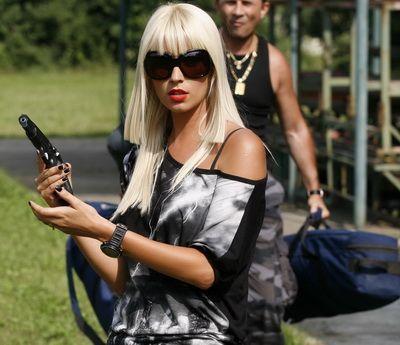 http://assets.sport.ro/assets/acasatv/2010/10/06/image_galleries/4378/vezi-cat-de-buna-este-oxana-in-trasul-cu-arma-episodul-6-din-ziubire-si-onoare-integral-pe-site_size14.jpg