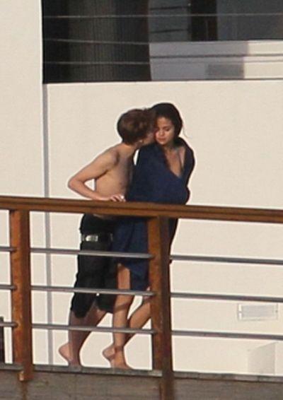 Selena Gomez si Justin Bieber pozati sarutandu-se!