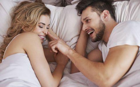 Cinci sfaturi pentru prima noapte in care dormi la el