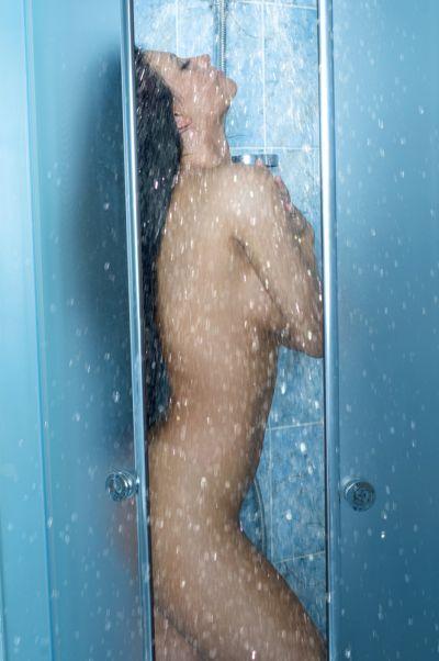 девушка в мокрой одежде принимает душ видео