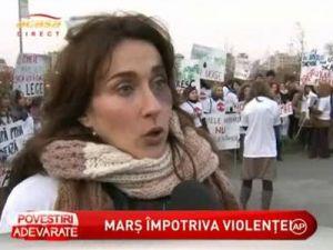 Sute de femei au iesit in strada unde au strigat drepturile celor care devin victime in sanul familiei - VIDEO