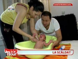 Catalin Maruta s-a imbracat in pantalonii scurti cu gargarite ai Nicoletei Luciu pentru a le face baie tripletilor!