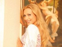 Iulia Vantur, asa cum nu o vezi niciodata la TV: complet nemachiata si imbracata in tricou si colanti