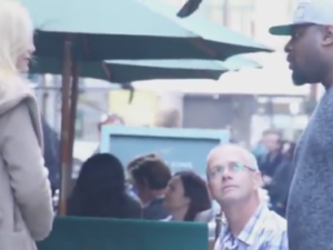 Experiment social. Si-a lovit iubita insarcinata in public. Reactia oamenilor din jur este incredibila. VIDEO