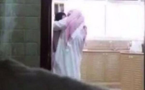 Si-a filmat sotul in timp ce facea sex cu menajera, dupa care a facut imaginile publice pe internet. Ce risca acum femeia. VIDEO AICI