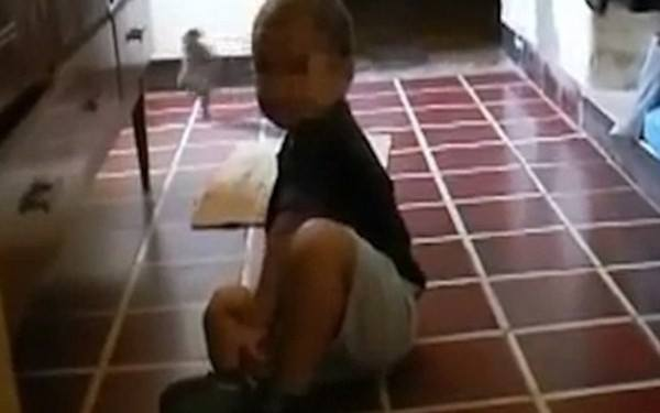 Si-a filmat copilul in timp ce se juca in bucatarie. S-a speriat teribil cand a vazut ce mai apare in imagini. VIDEO AICI