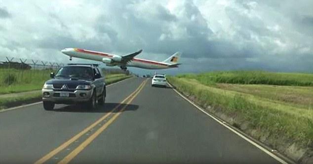 Martorii au inghetat cand au vazut avionul. Scenele de groaza au fost filmate: VIDEO