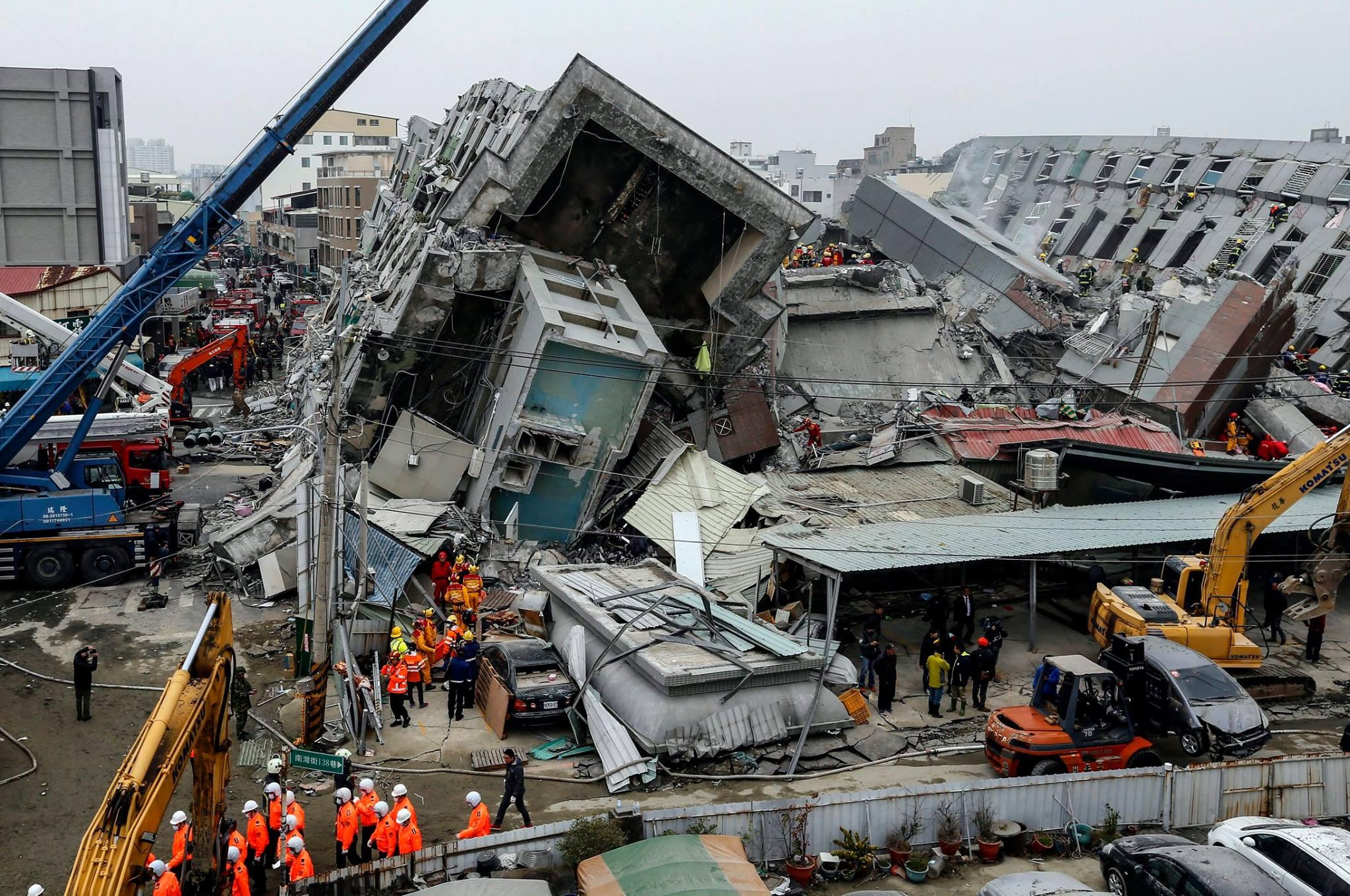 Oamenii strigau dupa ajutor, dar nu i-am putut salva. Marturiile celor care au vazut cladirile prabusite dupa cutremurul din aceasta dimineata