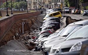 Zeci de masini au fost inghitite de asfalt. Cum a fost posibil