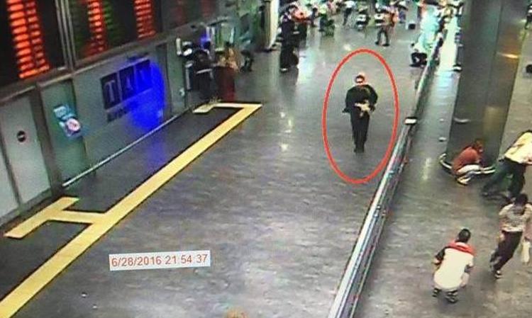Imagini cutremuratoare. Au fost date publicitatii noi scene cu teroristii, in aeroport