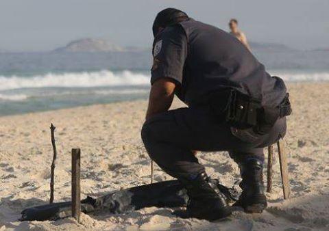 Descoperirea MACABRA facuta de un politist PE PLAJA. Ce a gasit cand s-a apropiat