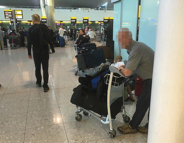 De o luna de zile doarme in aeoroport si nimeni nu si-a dat seama. Cine este, de fapt, barbatul din imagine