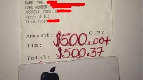 Consumatia a fost 37 de centi, dar acest chelner a primit bacsis 500 de dolari. Surpriza pe care avut-o cand a vazut ce mesaj i-a lasat clienta pe nota de plata