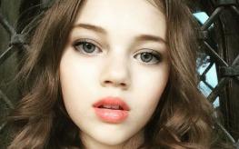 Are cei mai fotogenici parinti, dar ea i-a intrecut. Multi spun ca e cea mai frumoasa fetita din Romania. Are niste ochi albastri superbi, nu?