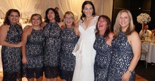 La prima vedere pare că mireasa s-a fotografiat alături de domnișoarele de onoare. Imaginea s-a viralizat imediat. Care este adevărul despre această poză de grup