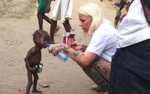 Ce s-a intamplat cu daneza care a salvat un copil din Nigeria lasat sa moara de foame de familie si abandonat pe strazi. Cum arata micutul acum. FOTO