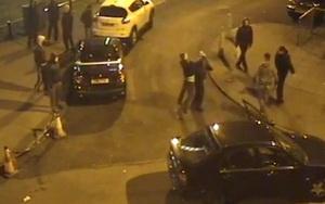 """""""Razboi"""" pe strada. Motivul pentru care doua grupuri s-au luat la bataie cu pistoale si cutite"""