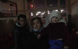 Familia care s-a mutat in gara. Parintii fac sex pe hol, copilul de 2 ani doarme in frig. Ce spun autoritatile