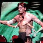 VIDEO Charlie Sheen s-a dezbracat pe scena si s-a sarutat cu iubitele sale in Chicago! Vezi reactia publicului!