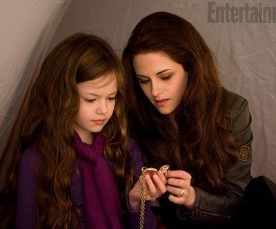 O noua imagine din Saga Amurg: Zori de Zi - Partea II, ultimul film din seria Twilight: Bella apare alaturi de fiica ei, Renesmee