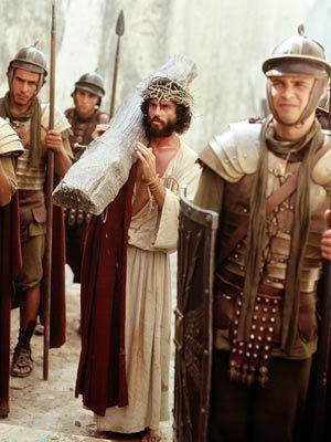 Chris Sarandon, The Day Christ Died (1980): Chris Sarandon si-a pus si el crucea-n spate si a oferit o interpretare buna in rolul lui Iisus. Inainte de acest film, mai jucase in The Dog Day Afternoon, alaturi de Al Pacino. Dupa The Day Christ Died, cariera sa n-a fost deloc infloritoare, jucand mai mult in filme de serie B, iar fostul sot al lui Susan Sarandon n-a mai cucerit Hollywoodul.