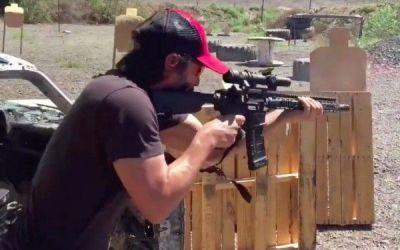 Keanu Reeves, necrutator chiar si in viata reala. Actorul foloseste ca un profesionist armele de foc. VIDEO