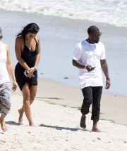 Actorul Kevin Hart s-a casatorit cu fotomodelul Eniko Parrish. FOTO cu cei doi pe plaja din Santa Barbara