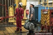 Mark Wahlberg ii da replica lui John Malkovich in ,,Deepwater Horizon: Eroi in largul marii""