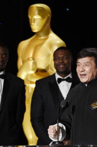 Jackie Chan a primit un Oscar onorific pentru intreaga sa cariera intinsa pe cinci decenii. Reactia emotionanta a actorului