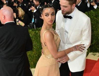 Robert Pattinson si iubita sa, tandri pe covorul rosu. Cum au fost surprinsi cei doi
