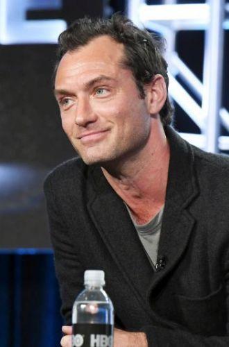 """Jude Law il va interpreta pe Albus Dumbledore in filmul """"Fantastic Beasts and Where to Find Them 2"""". Cand va avea premiera"""