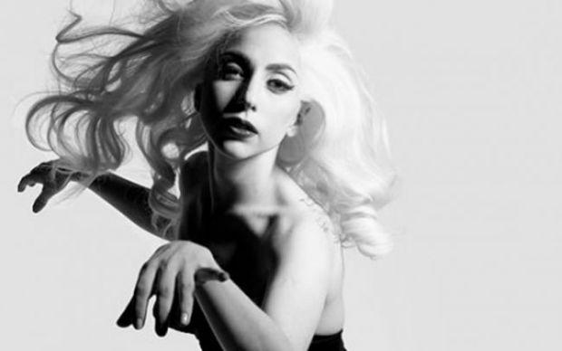In plastic e fantastic! Lady Gaga uita de haine intr-o poza artistica pentru noul turneu.