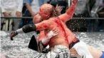 Sport extrem: Lupte cu tuburi de neon! FOTO