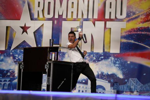 Luca Valentin, triplu campion national la bartending, a surprins juriul de la Romanii Au Talent cu maiestria lui