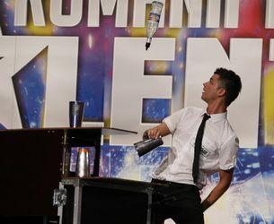 """Luca Valentin, triplu campion national la bartending, a surprins juriul de la """"Romanii au talent"""" cu maiestria lui"""