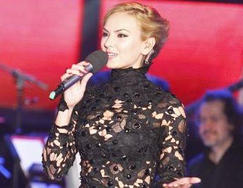 """<span style=""""color: rgb(255, 0, 0);"""">Roxana Ionescu, mai sexy ca niciodata la Vocea Romaniei! </span>Uite cat de transparenta a fost rochia ei"""