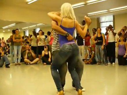 Miscari braziliene. Dansul de 7.000.000 de vizualizari care ii incita pe barbati si le face pe femei sa-si doreasca sa se unduiasca la fel
