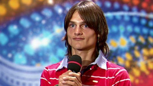 Privirea lui Mihai Petre spune totul! A cantat o piesa de dragoste, dar era incaltat cu sandale