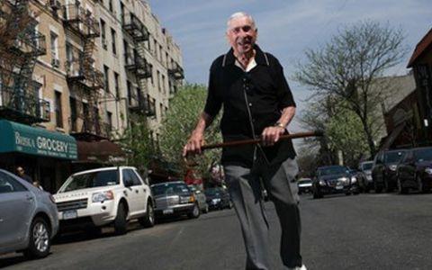 E absolut INCREDIBIL ce face acest om la varsta de 102 ani! Cum isi castiga existenta: