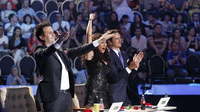 Mai sunt doar trei locuri in finala  Romanii au talent . Un  magician  al chitarei, o naista si o trupa de  ingerasi  intra in lupta pentru 120.000 de euro. VIDEO