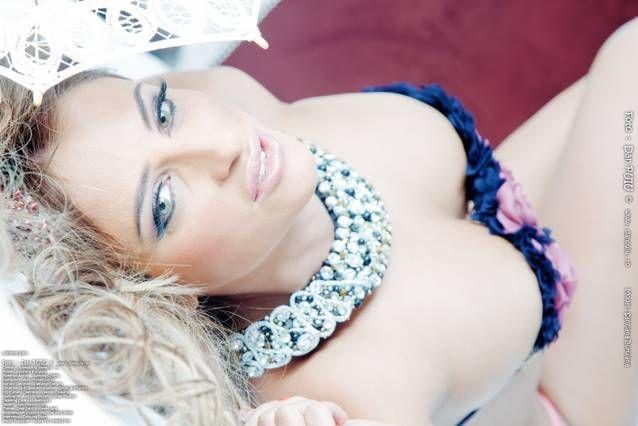 Sexy Sanzi si Naked Ana . Primul pictorial in care Sanziana Buruiana apare goala