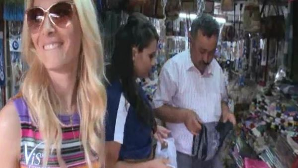 Laura Cosoi stie exact cum sa obtina ce vrea! Vezi cum negociaza la piata: turcul n-are nicio sansa in fata ei :) VIDEO