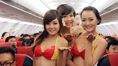 Sa tot zbori cu asa stewardese! Vezi show-ul care i-a facut fericiti pe pasagerii unei curse aeriene: VIDEO