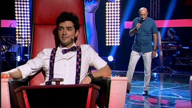 Un director de 52 de ani a facut senzatie la  Vocea Romaniei . Smiley s-a ridicat in picioare sa-l felicite pentru curaj!