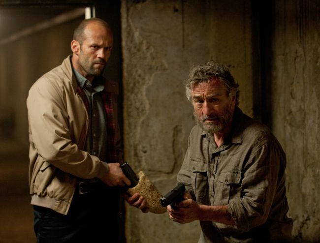 """Jason Statham se lupta cu serviciile secrete pentru viata lui Robert de Niro, duminica, la ProTV, in """"Infruntarea"""""""