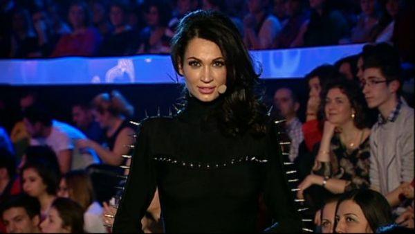 """Tinuta cu care Nicoleta Luciu a surprins in finala de la """"Vocea Romaniei"""". Rochia ei neagra, pana-n pamant, este extrem de sexy de la spate"""