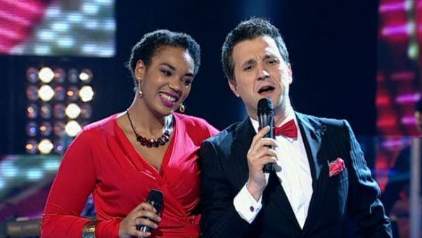 """Andi Moisescu a demonstrat in 2 minute ca oricine poate sa cante... ca el la """"Vocea Romaniei"""". Dar nu oricine poate sa cante ca Julie Mayaya"""