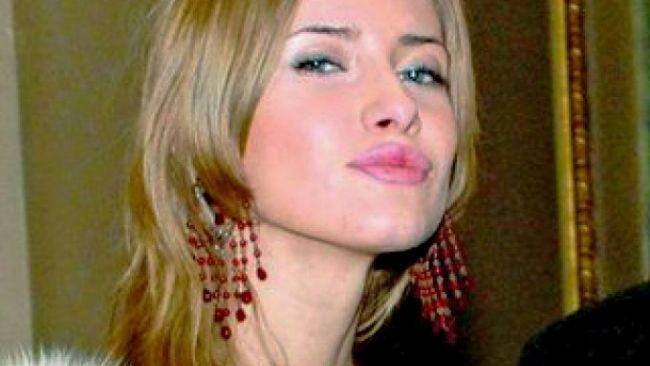 Iulia Albu si gaina ei de companie: LouLou are pene de Phoenix si poarta Pampers: VIDEO
