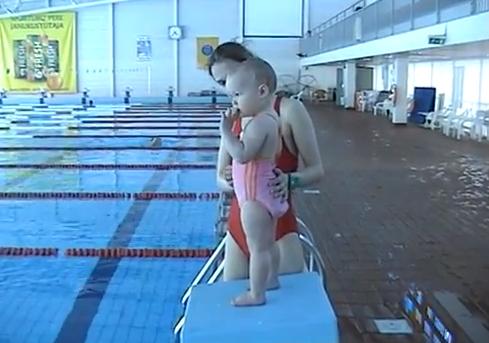 Bebelusii chiar pot inota! Vezi cat de bine se descurca o fetita de nici doi ani, dupa ce e aruncata in piscina: VIDEO